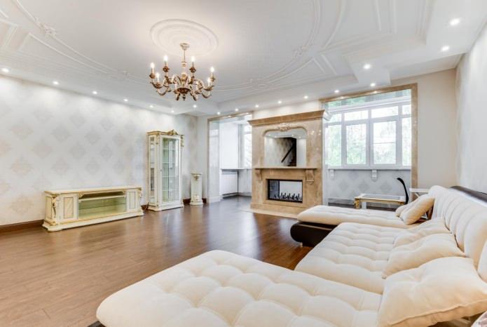 Interiør med hvid tapet. Hvide wallpapers i interiøret