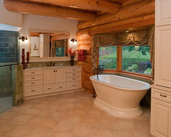 Interiør af et badeværelse i et hus fra et bjælkehus. Arbejd med ...