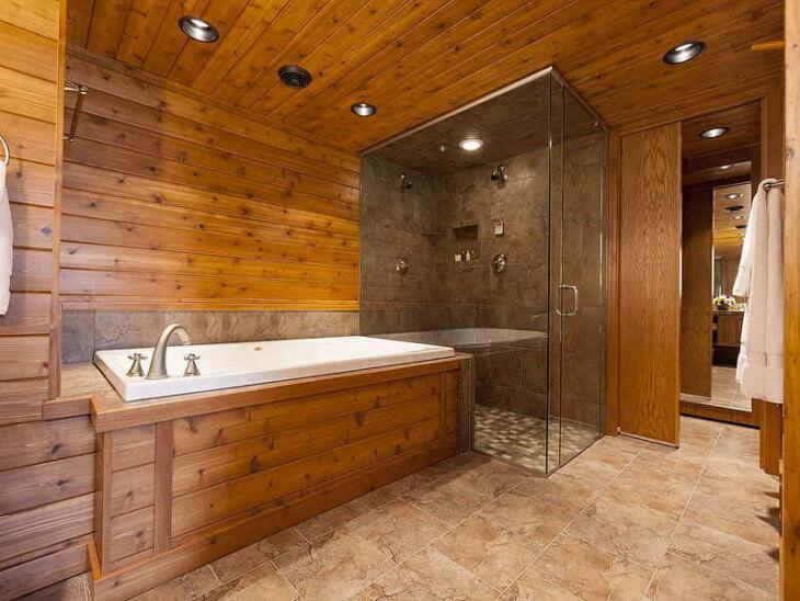 Kombineret badeværelse efterbehandling i dit hus. Belysning på ...